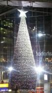 Weihnachtsbaum im Hauptbahnhof Berlin