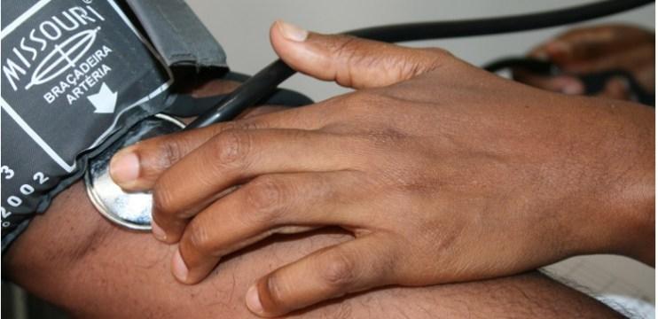 Pressão alta é um dos principais fatores de risco para a ocorrência de AVC, enfarte e insuficiência cardíaca