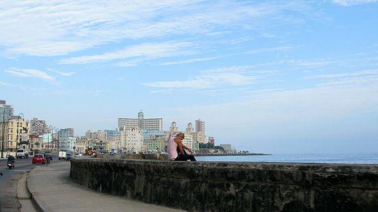1280px-Cuba_and_sea