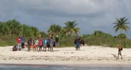 Guardia costera de EEUU rescata a 22 balseros cubanos naufragados en una playa (2)