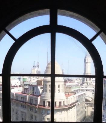 Ventanales donde se puede ver, el Edificio de la Equitativa del Plata y la torre de la Legislatura Porteña