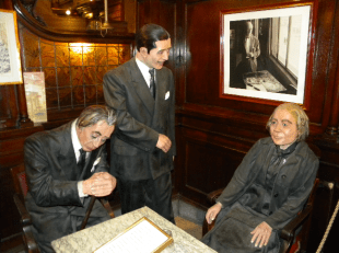 En un rincón se recuerda a Carlos Gardel, Alfonsina Storni y Jorge Luis Borges, asiduos al Café.