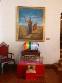 Urna donde descansan los restos de Juana junto a la espada otorgada por el Gobierno de Bolivia.