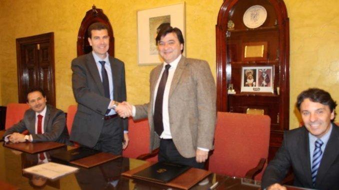 El Ayuntamiento de Huelva ha suscrito un convenio de colaboración con el Banco de Sabadell destinado a facilitar la concesión de microcréditos a emprendedores que no dispongan de recursos económicos para poner en marcha una empresa