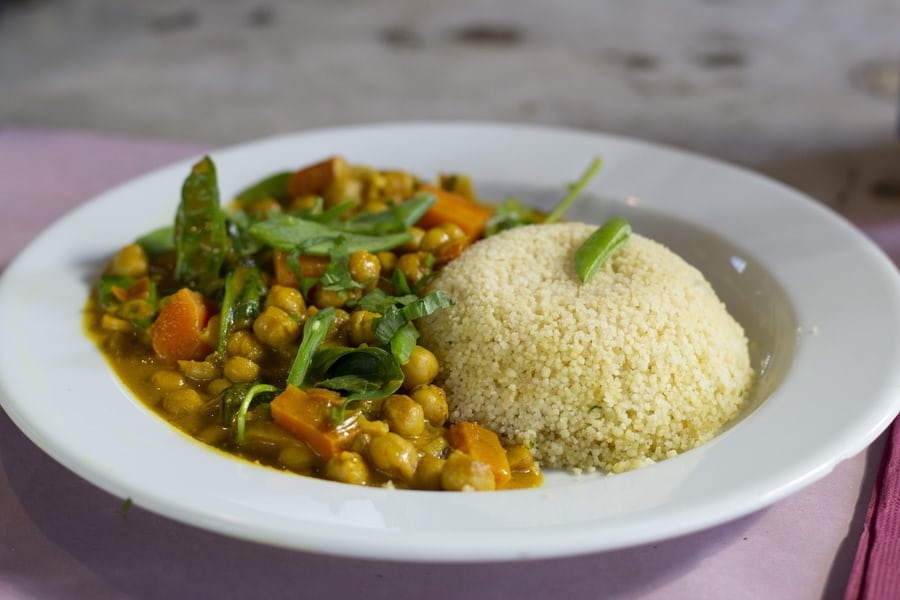 You are currently viewing Curry de pois chiche aux épinards croquants