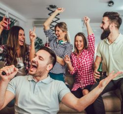 10 cadeaux et jeux à apporter quand on est invité pour animer la soirée