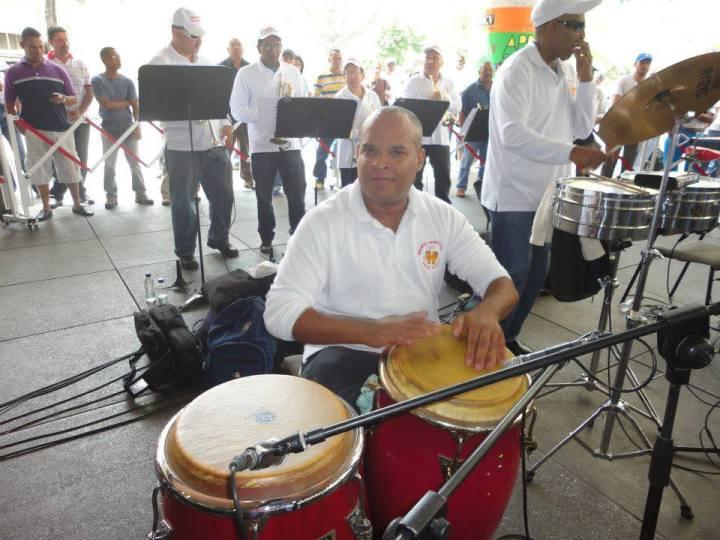 Eduardo Amundarain (congas)