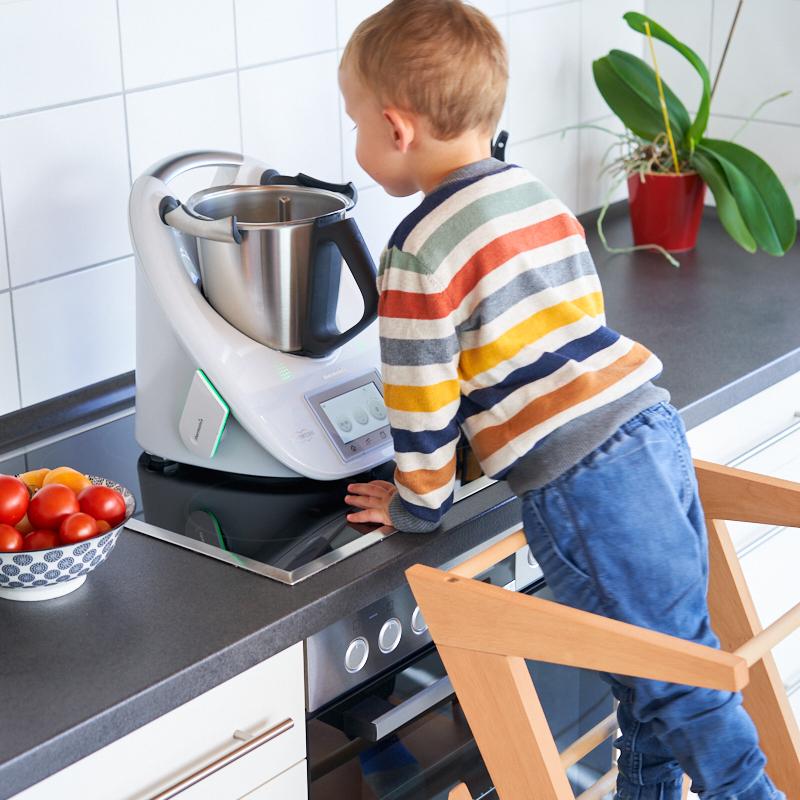 Lernturm als Küchenhelfer für Kinder