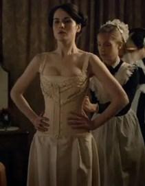 Een 'maid' is wel handig als je een corset moet dragen!
