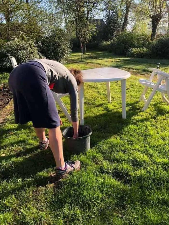 tuinmeubilair schoonmaken met een sopje