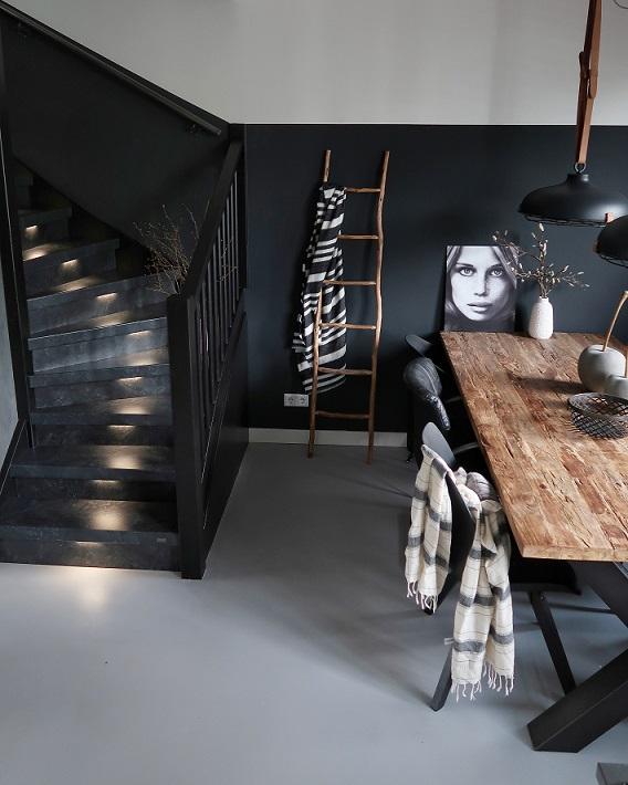 Zwarte trap upstairs eetafel teakhout