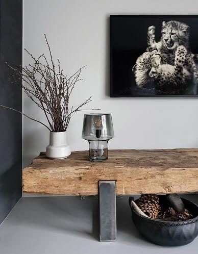 Muuto tafellamp op stoer meubel