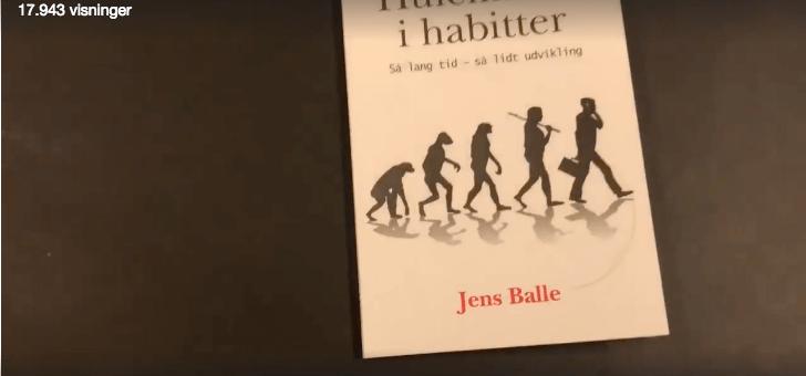 Kendt erhvervsmand læser spændende bog