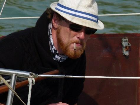 Photo d'alex avec barbe et cloppe à la bouche