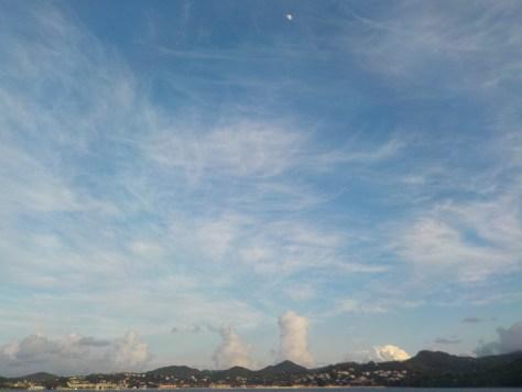 photo au large de rodney bay avec nuages ascendants et la lune en haut