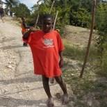 Phto d'un petit Haïtien avec un tee shirt rouge et le pouce en l'air