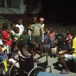 Phot d'un groupe d'orphelins (valides et invalides) écoute un animateur jour du tam tam