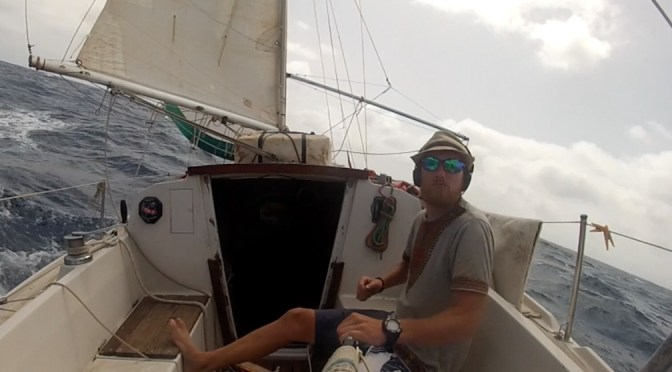 Photo d'Alex entrain de barrer lors de sa transatlantique en solitaire