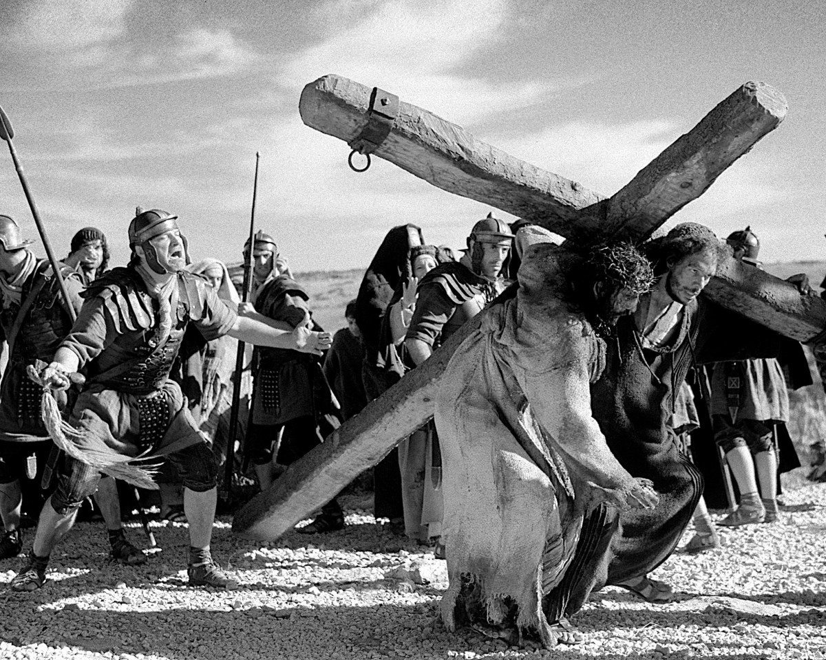 Korsfestelsen av Jesus skildres på en måte som nærmer seg skrekkfilmen i Mel Gibsons film The Passion of the Christ. Foto: Scanbox.