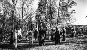 Medlemmer av livssynssamfunnet Bifrost danser rundt maistangen på Sarabråten i Østmarka i Oslo. Foto: arkiv Bifrost