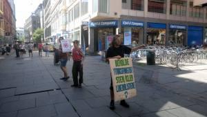 Demonstrant og motdemonstrant utenfor Eldorado. Foto: John Færseth.