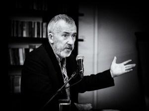 Erik Tunstad tegner og forteller. Foto: Arnfinn Pettersen