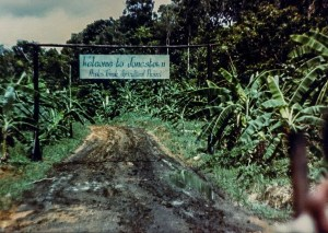Porten til Jonestown. Foto: Wikimedia/Jonestown Institute