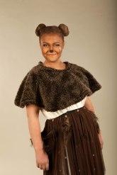Karhu (Maria Rantalankila). Metsän asukkeja rautaisella lempeydellä hallitseva Karhu on nähnyt paljon, vaikkei siitä ehkä puhukaan, ja juuri se tekee hänestä niin viisaan.