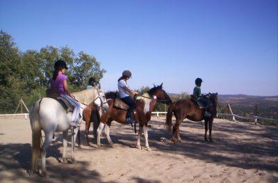 Montando en caballo en nuestro campamento inglés