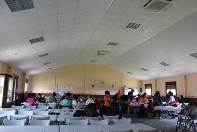 El comedor... mesas y sillas para 200 asistentes. ¡La comida es extraordinaria!