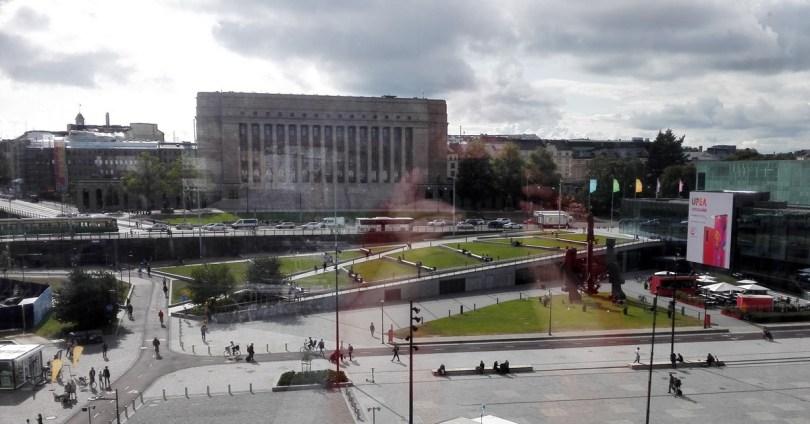 Suomen eduskuntatalo Oodista nähtynä