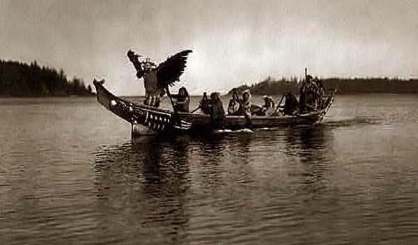 Kwakiutl heimoa kanooteissa v. 1914.