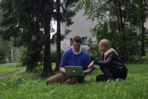Puistossa katsomassa kannettavaa tietokonetta.