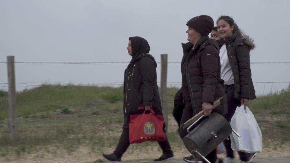 Still uit de documentaire Plan Einstein, we zien Kamara met haar dochters en zuster op weg naar een dagje op het strand. Plan Einstein is het innovatieve vluchtelingenproject en AZC dat twee jaar in de gemeente Utrecht, in Overvecht liep.