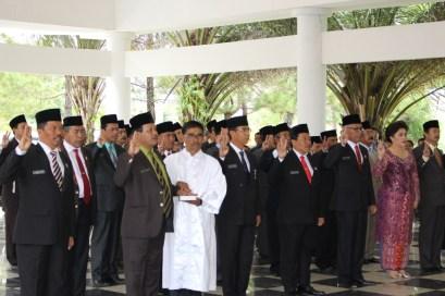 Bupati Tobasa Ir. Darwin Siagian melantik dan mengambil sumpah, Pejabat Eselon II di lingkungan Pemkab Toba Samosir (Kamis, 05/01/2017).