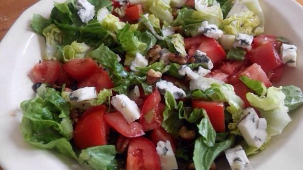 Salade de tomate avec noix grillées et roquefort