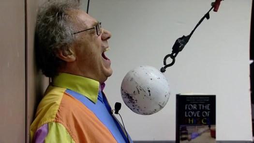 Walter Lewin haciendo experimento de física