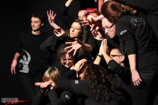 Un grupo de personas haciendo improvisación teatral