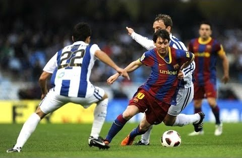 Leo Messi haciendo una finta con el balón