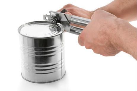 Abriendo lata de conservas