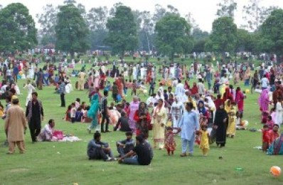 APP33-20 LAHORE: July 20 - A large number of people with their families visit at Gulshan Iqbal Park to celebrate on the third day of Eidul Fiter. APP photo by Mustafa Lashari