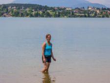 Iris testet das Wasser - Ergebnis: zu kalt :-)