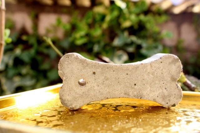 DIY Beton Schlüsselanhänger der zum Trocknen ausliegt