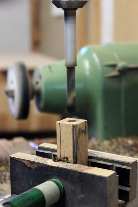 Holzstück aus dem eine Hundepfeife entsteht