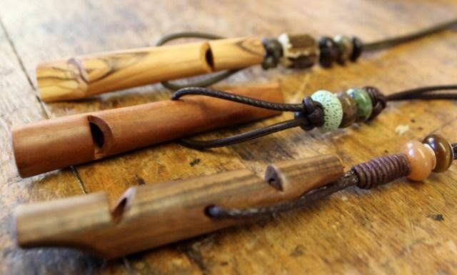 drei verschiedenfarbige Hundepfeifen aus Holz