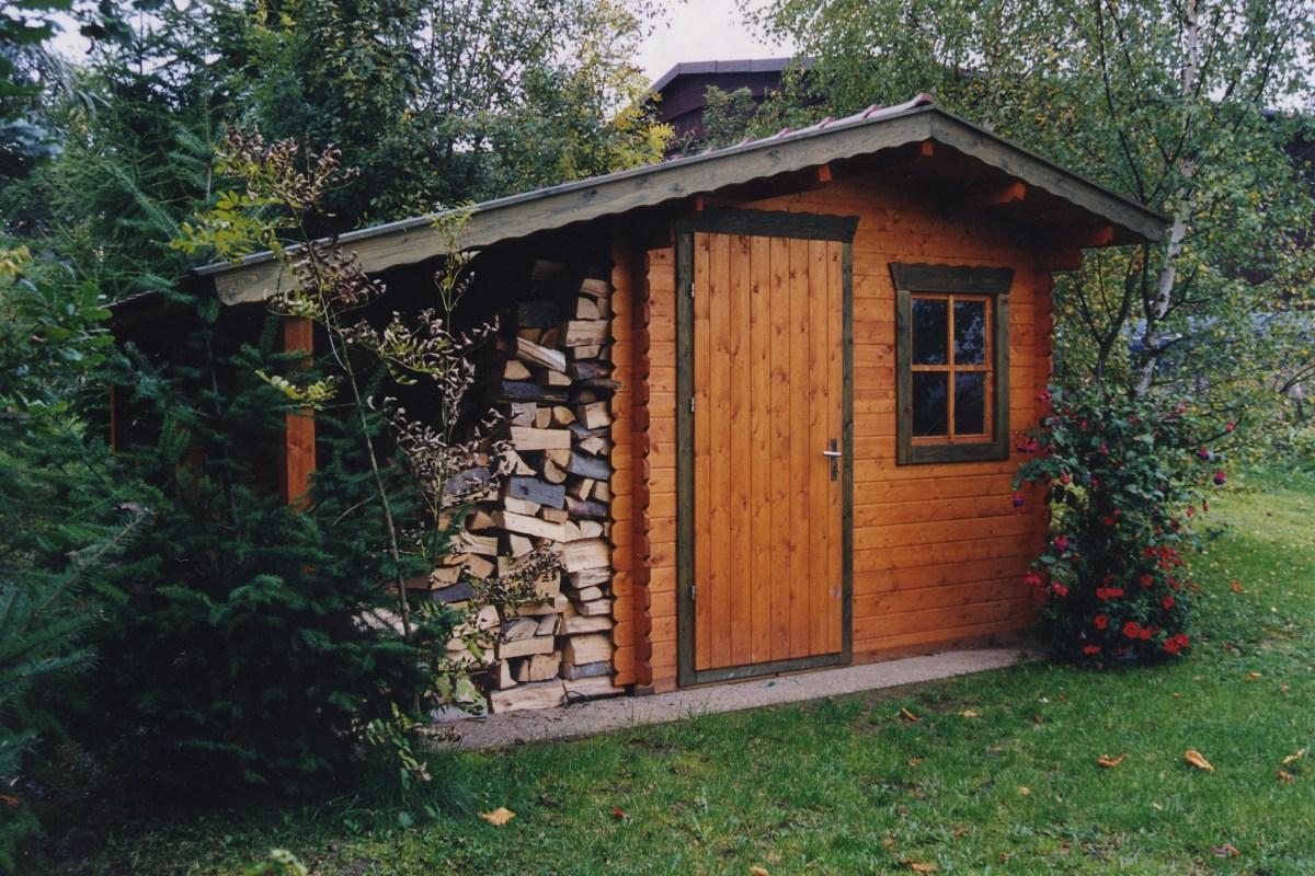 Blockhaus mit Holzunterstand