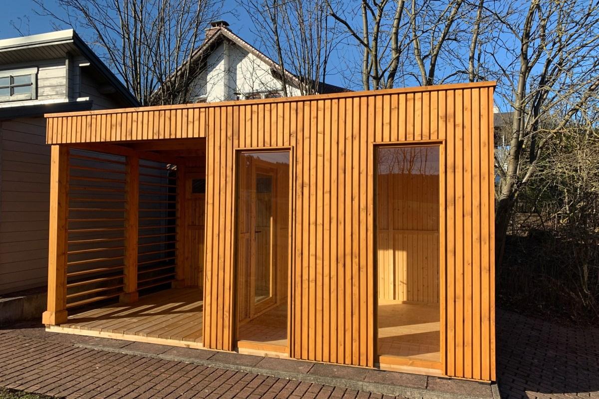 Elementhaus mit senkrechten Rhombusprofilen und Flachdach mit EPDM-Folie