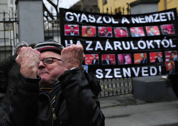 The nation is in mourning! It is suffering from the presence of traitors / Népszabadság Árpád Kurucz