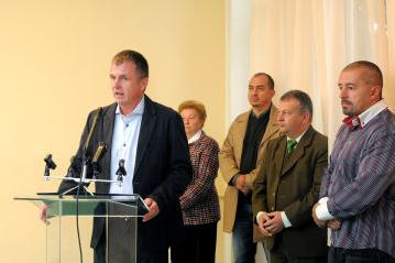 László Horváth, Fidesz member of parliament, with the four mayors behind him