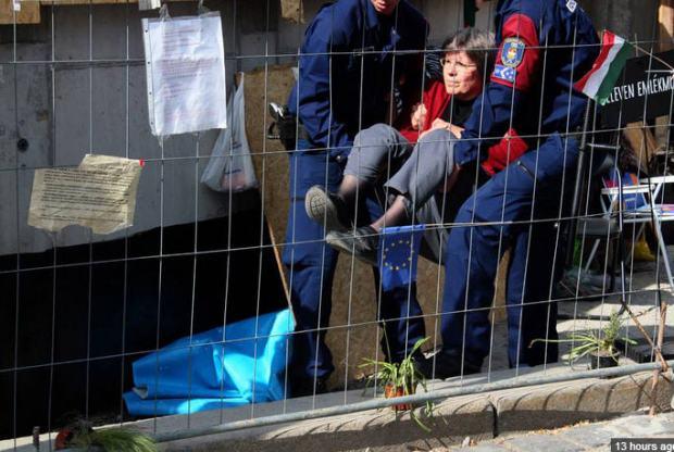 Dialogue Viktor Orbán style Fruzsina Magyar, wife of Imre Mécs, is taken away from Szabadság tér today
